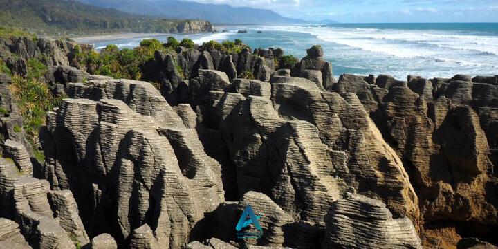 حفرهها و صخرههای پنکیکی پوناکایکی (Punakaiki Pancake Rocks and Blowholes)